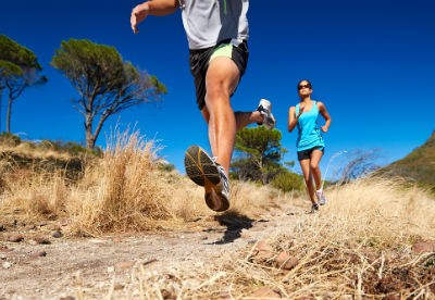 Menschen joggen durch die Natur