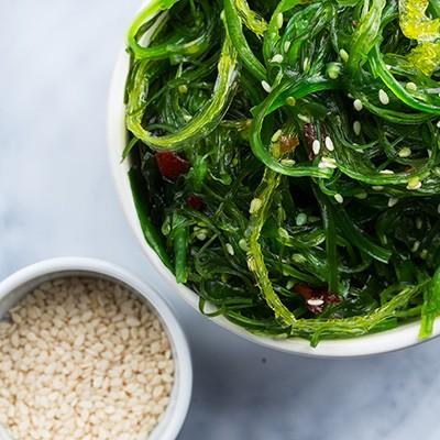 Wakame Salat mit Chlorella und getrockneten Algen