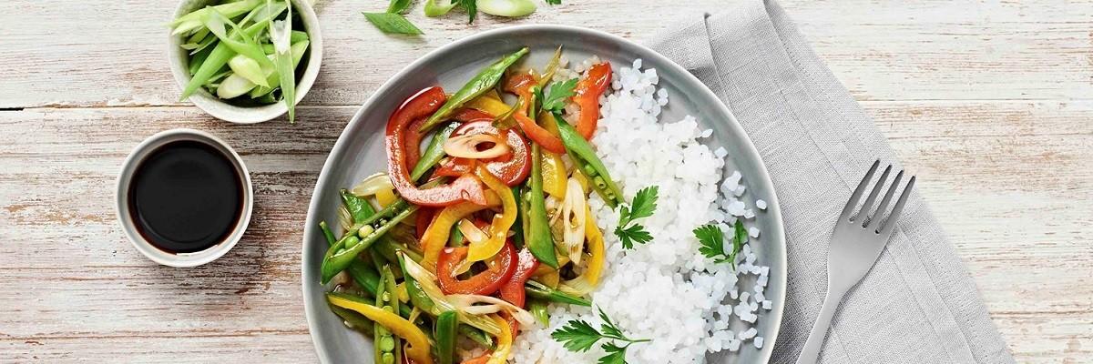 Marktfrisches Gartengemüse aus dem Wok mit Konjak-Reis