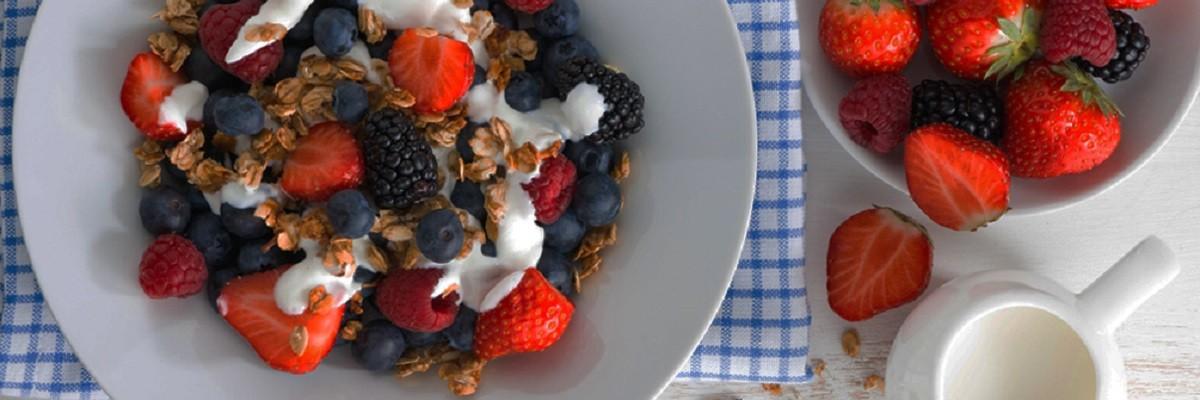 Power dank Quark – Proteinreiches Magerquark-Rezept mit Beeren & Nüssen