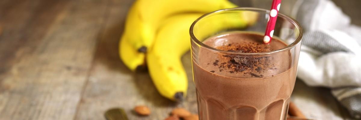 Bananen-Smoothie mit Mandelmilch, Kakao und Protein