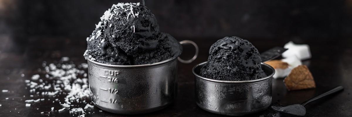 Schwarzes Vanilleeis mit Aktivkohle