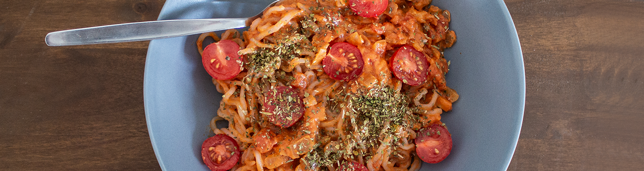 Spaghetti de konjac à la sauce tomate & beurre de cacahuète